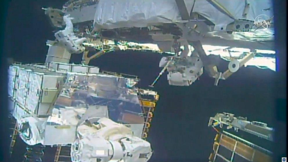 Βόλτες στο διάστημα οι αστροναύτες τυλίγοντας μπαταρία βελτιώσεις