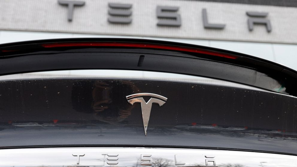 Tesla tries to assure workers there's no big virus outbreak thumbnail