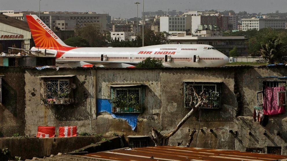 DATEI - Auf diesem Datei-Foto vom 25. Mai 2010 ist ein Flugzeug von Air India im Hintergrund von Slums neben dem internationalen Flughafen in Mumbai, Indien, zu sehen.  Personenbezogene Daten einer nicht näher bezeichneten Anzahl von Reisenden wurden in einen Hack eines Unternehmens einbezogen, das