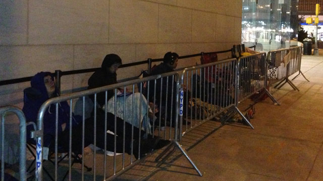 PHOTO:A line forms in front of the Upper West Side Apple Store in New York City before the iPhone 5 goes on sale Friday, September 21, 2012.