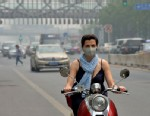 PHOTO:A foreign resident wears a mask as air pollution shrouds Beijing, May 6, 2013.