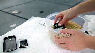 PHOTO:Placing a wet phone in rice may help dry it out.