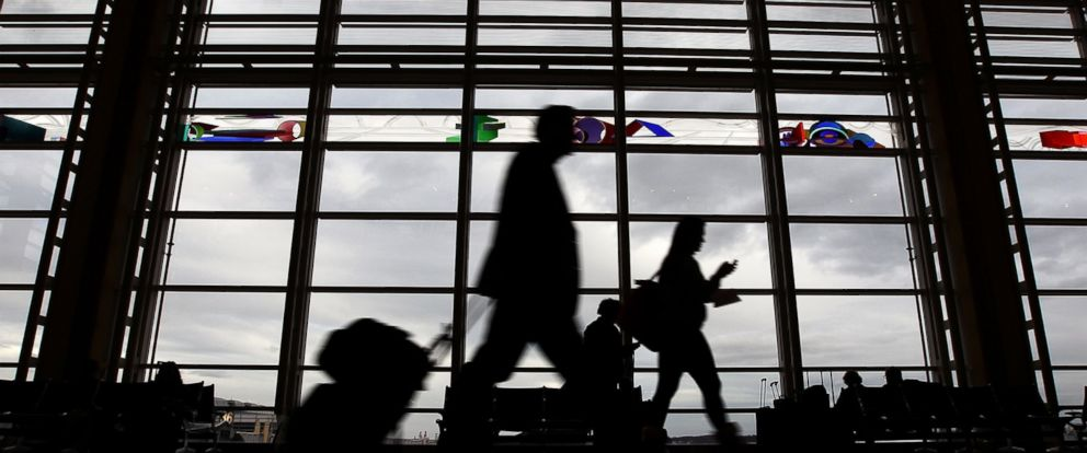 PHOTO: Travelers make their way to flights in the concourse of Ronald Reagan Washington National Airport.