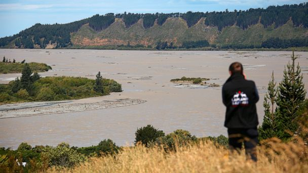 Mudslides strand hundreds of tourists in New Zealand town