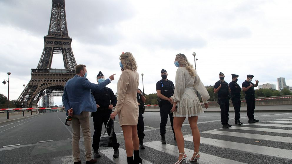 Paris police barricade Eiffel Tower after bomb threat thumbnail