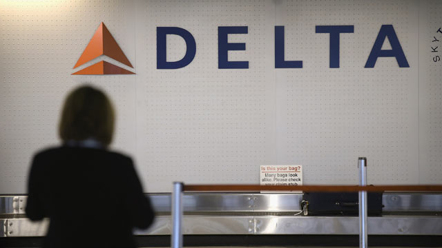 PHOTO: A passenger waits for her luggage in the Delta baggage claim at OHare International Airport, Oct. 24, 2012 in Chicago.