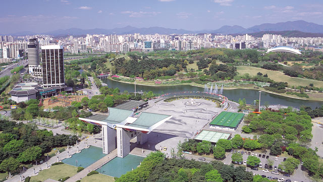 PHOTO: Twenty years before China wowed Olympic audiences with massive-scale theatrics in Beijing, South Korea did it with the unveiling of the absolutely massive Seoul Olympic Park.