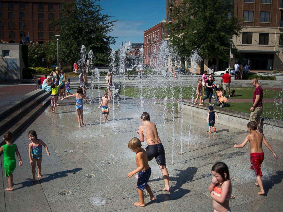PHOTO: Children play in fountains at the City Market in Savannah, Ga., Aug. 15, 2015.