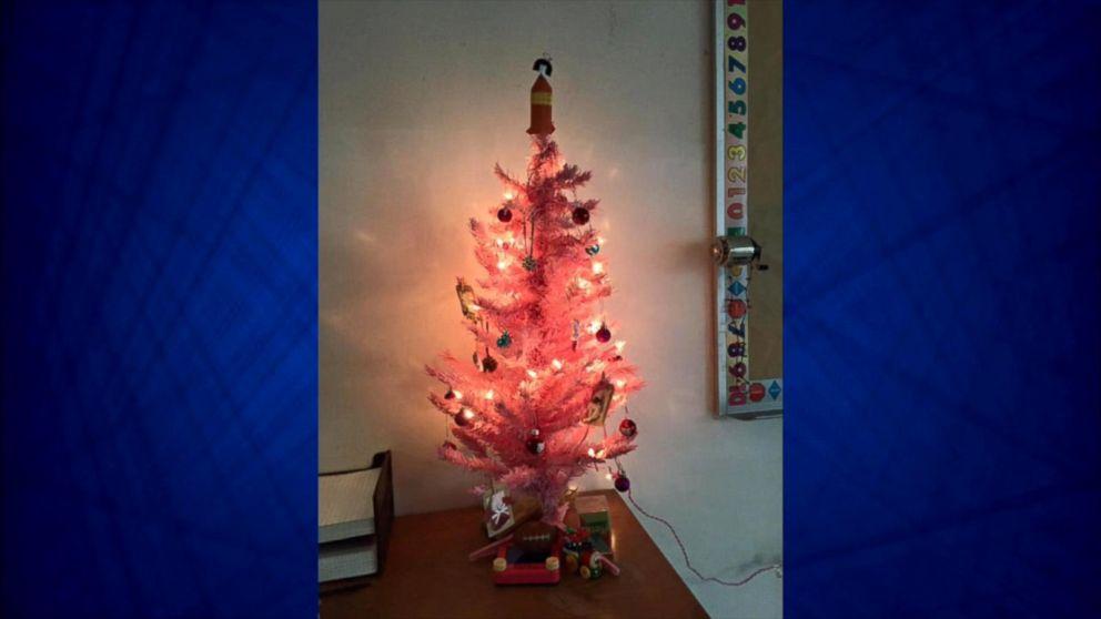 Hello Kitty Christmas Tree.Hs Teacher Can Keep Hello Kitty Christmas Tree In Classroom
