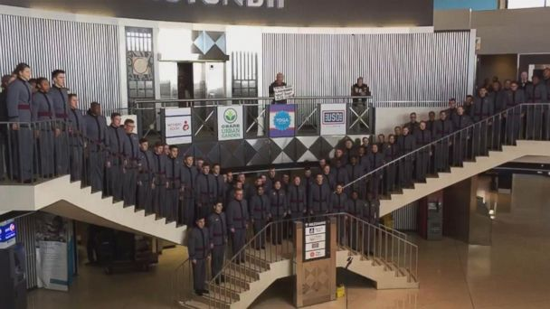 West Point Glee Club stages Veterans Day flash mob at Chicago airport