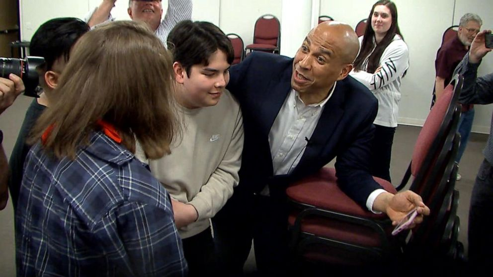 Cory Booker sings 'Bohemian Rhapsody' with Iowa students