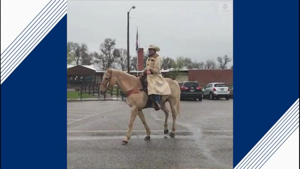 Teen rides into last day of school on horseback