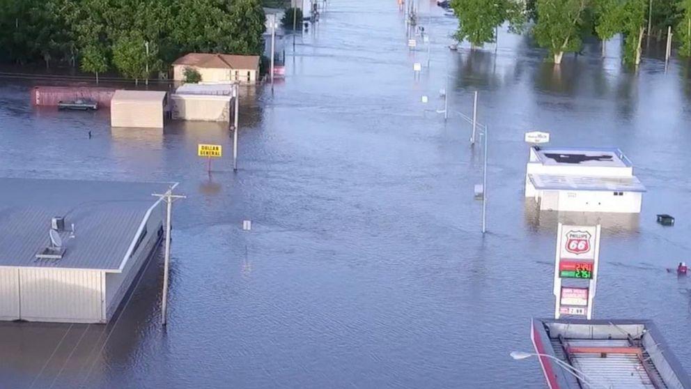 Dangerous floods swamp the Plains, Midwest