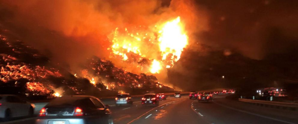 Dramatic images of LA fire looming over the 405 Freeway