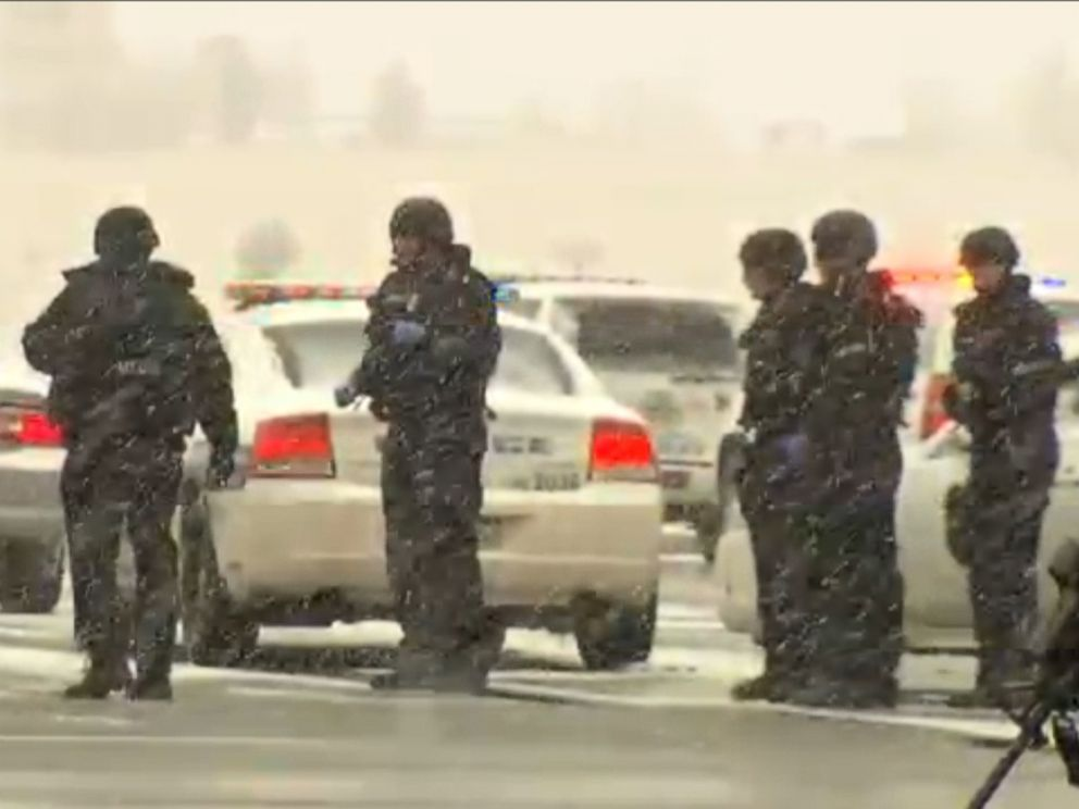 PHOTO: Police respond to active shooting situation in Colorado Springs, Colo., Nov. 27, 2015.