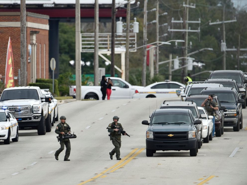 PHOTO: SWAT team officers arrive on the scene as a gunman holds hostages during an attempted robbery at Community First Credit Union, Dec. 1, 2016, in Jacksonville, Florida.
