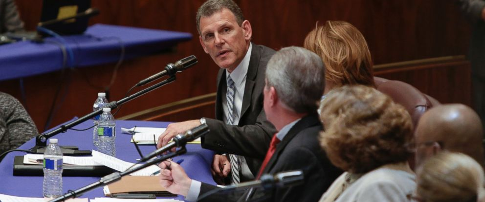 PHOTO: John Slater, a United Airlines vice president, testifies at a City Council committee hearing in Chicago on Thursday, April 13, 2017.
