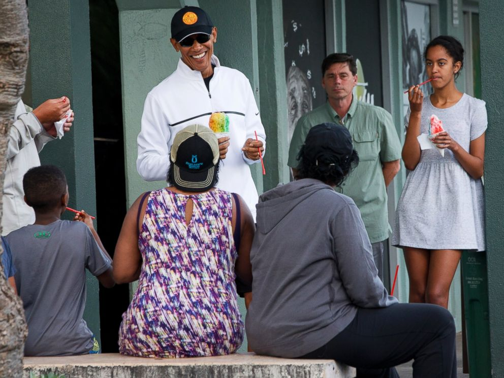 PHOTO: President Barack Obama eats shave ice with daughter Malia, at right, at Island Snow, Jan. 1, 2015, in Kailua, in Hawaii during the Obama family vacation.