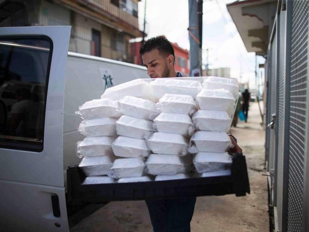 PHOTO: A volunteer with the non-profit La Fondita de Jesus delivers Thanksgiving lunches to homeless people in San Juan, Puerto Rico, on Nov. 22, 2017.