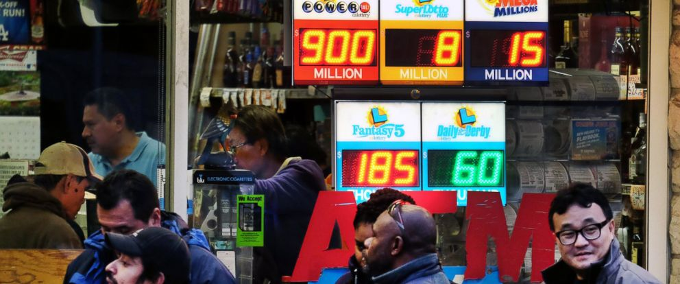 PHOTO: Customers wait in line at the Blue Bird Liquor Store to buy Powerball lottery tickets in Hawthorne, Calif, Jan. 9, 2016.