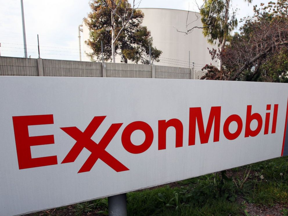PHOTO: The sign for the ExxonMobil Torerance Refinery in Torrance, Calif.