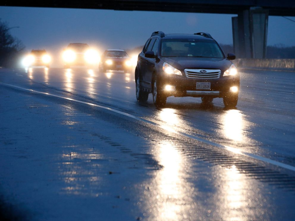 PHOTO: Cars move along the wet I-95/495 Washington Beltway, on one of the busiest travel days of the year, Nov. 26, 2014, in Camp Springs, Md.