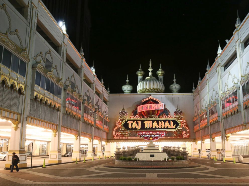 Trump Taj Mahal Hotel offers a stunning view to its guests. Trump Taj Mahal Hotel provides accommodation in guestrooms fitted with climate control, flat-screen television, a safe, a fridge and a dining area. Some rooms at Trump Taj Mahal Hotel have a view over the sea. These rooms have granite floor and European furniture.