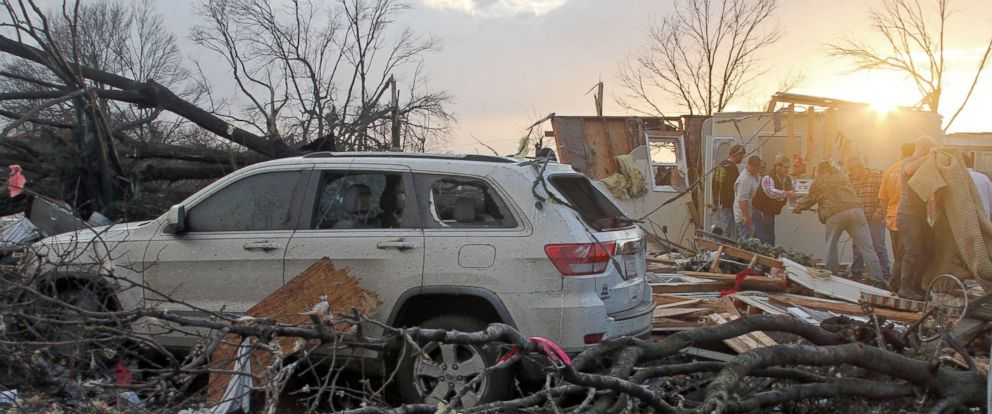 PHOTO: Neighbors help salvage items from a storm-damaged home in the Roundaway community near Clarksdale, Miss., on Dec. 23, 2015.