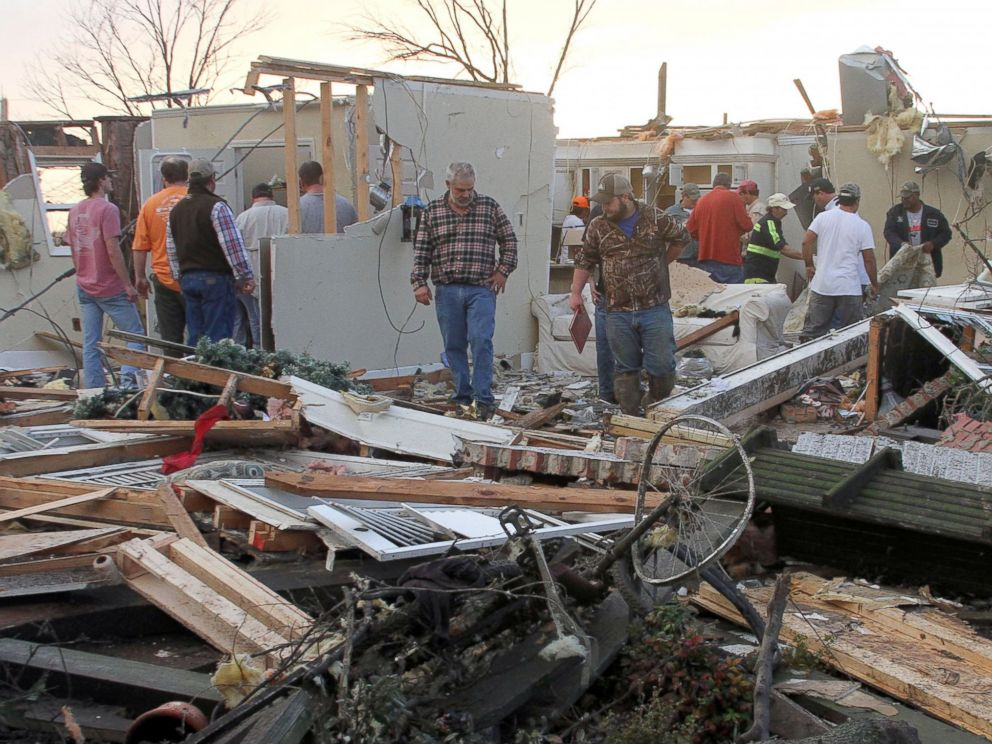 PHOTO: People inspect a storm-damaged home in the Roundaway community near Clarksdale, Miss., on Dec. 23, 2015.