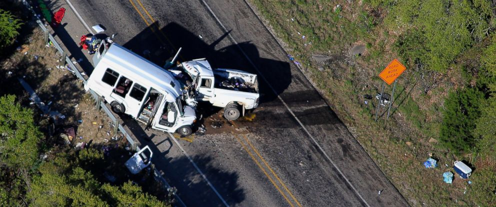 PHOTO: Authorities investigate after a deadly crash involving a van carrying church members and a pickup truck on U.S. 83 outside Garner State Park in northern Uvalde County, Texas, March 29, 2017.