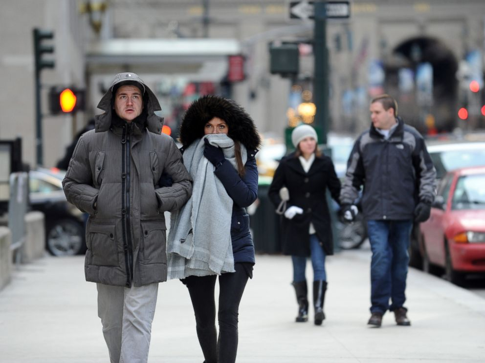 PHOTO: Benedikt Vom Orde and Julia Felte, tourists from Essen, Germany, walk along Park Avenue in New York during a bitter cold spell, Feb. 13, 2016.