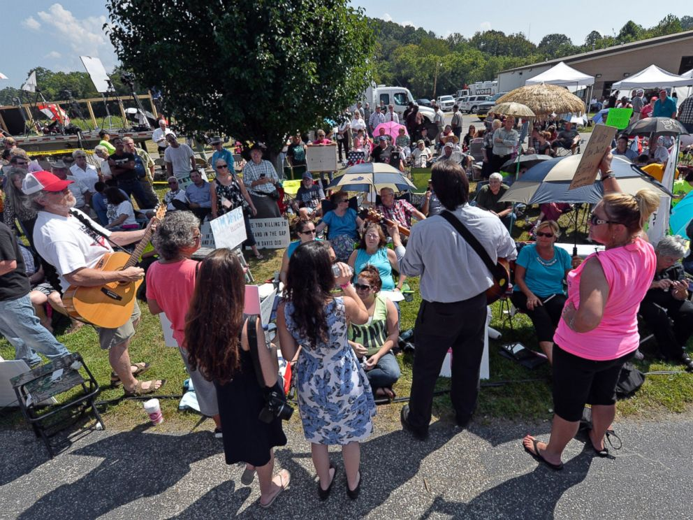 PHOTO: Musicians lead protesters in hymns outside the Carter County Detention Center in Grayson, Ky. on Sept. 8, 2015.