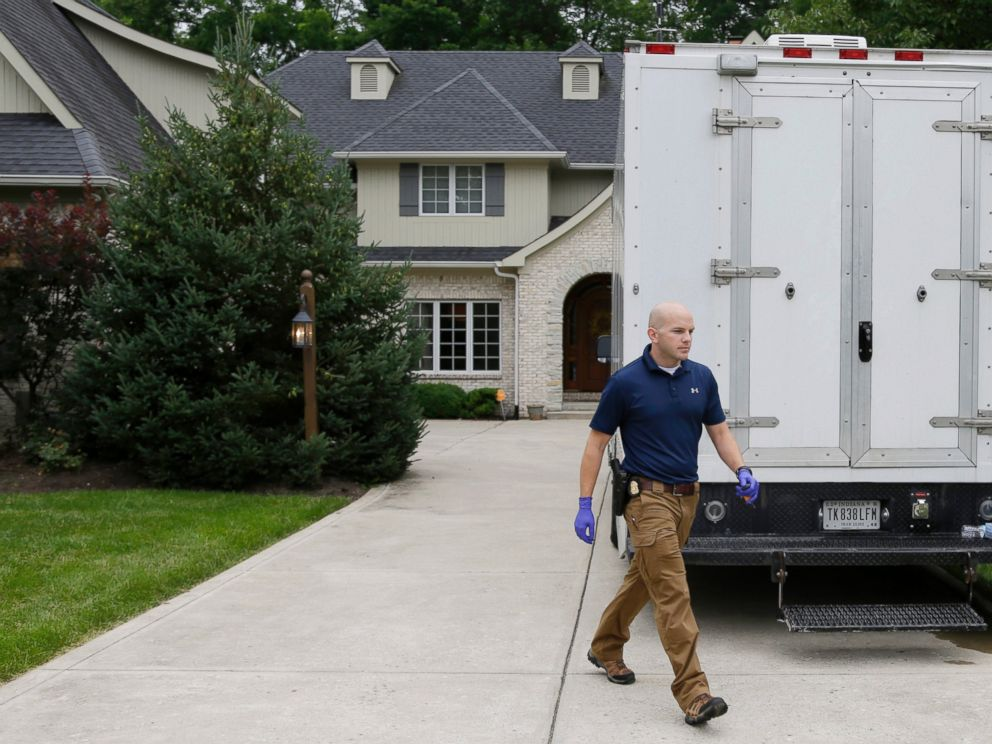 PHOTO: Federal authorities walk outside of the home of Subway restaurant spokesman Jared Fogle, July 7, 2015, in Zionsville, Ind.