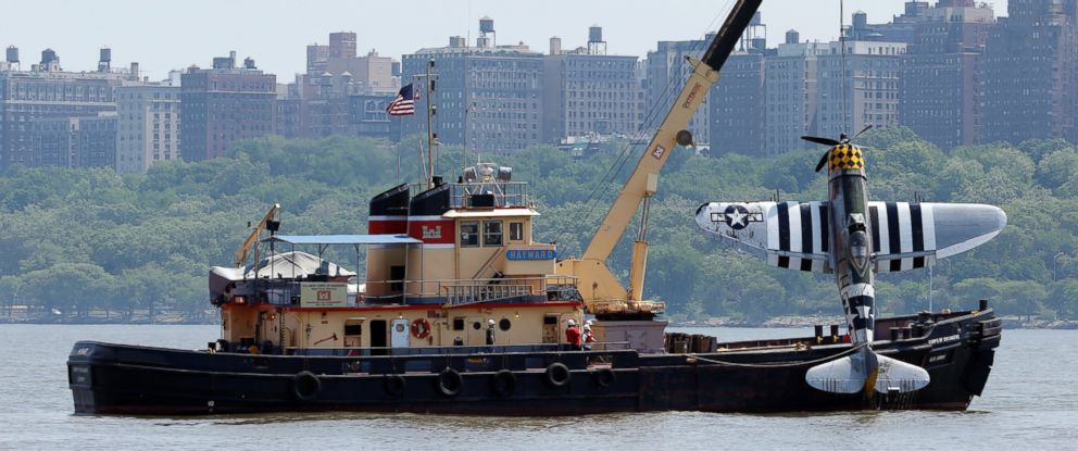PHOTO: Officials remove a plane out of the Hudson River a day after it crashed, May 28, 2016, in North Bergen, N.J.