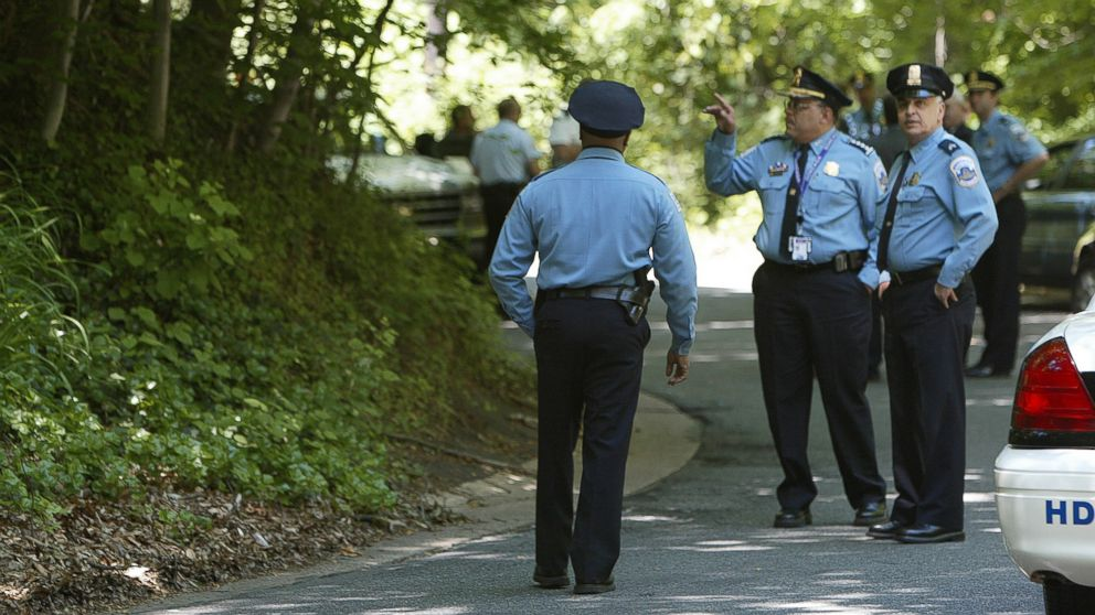 Washington Police Chief Charles Ramsey, center, takes part in a search at Rock Creek Park in Washington, May 22, 2002, after a skull and other human bones were found in the park. Police are trying to determine whether they are the remains of Chandra Levy.