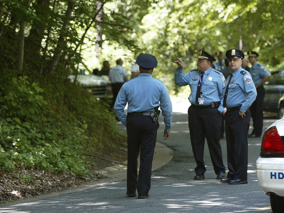 PHOTO: Washington Police Chief Charles Ramsey, center, takes part in a search at Rock Creek Park in Washington, May 22, 2002.