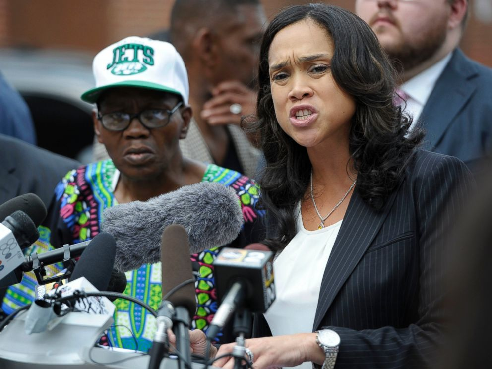 PHOTO: Baltimore States Attorney Marilyn Mosby, right, holds a news conference after her office dropped the remaining charges against three Baltimore police officers awaiting trial in Grays death, July 27, 2016.