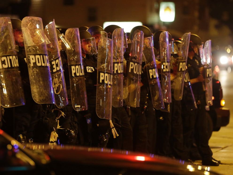 PHOTO: Police move in on a crowd throwing rocks at police in Milwaukee, Aug. 14, 2016.