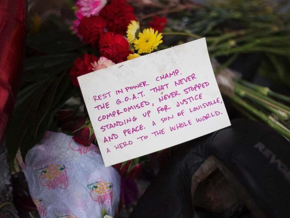 PHOTO: A note is left at a makeshift memorial outside the childhood home of Muhammad Ali, June 5, 2016, in Louisville, Ky.