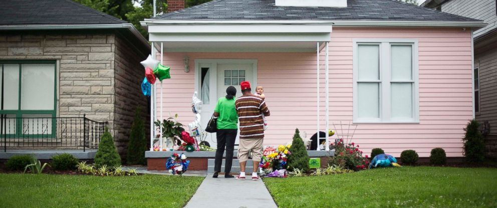 PHOTO: Mark, right, and Monique Anthony visit the childhood home of Muhammad Ali with their granddaughter Serenity, 1, June 5, 2016, in Louisville, Ky.