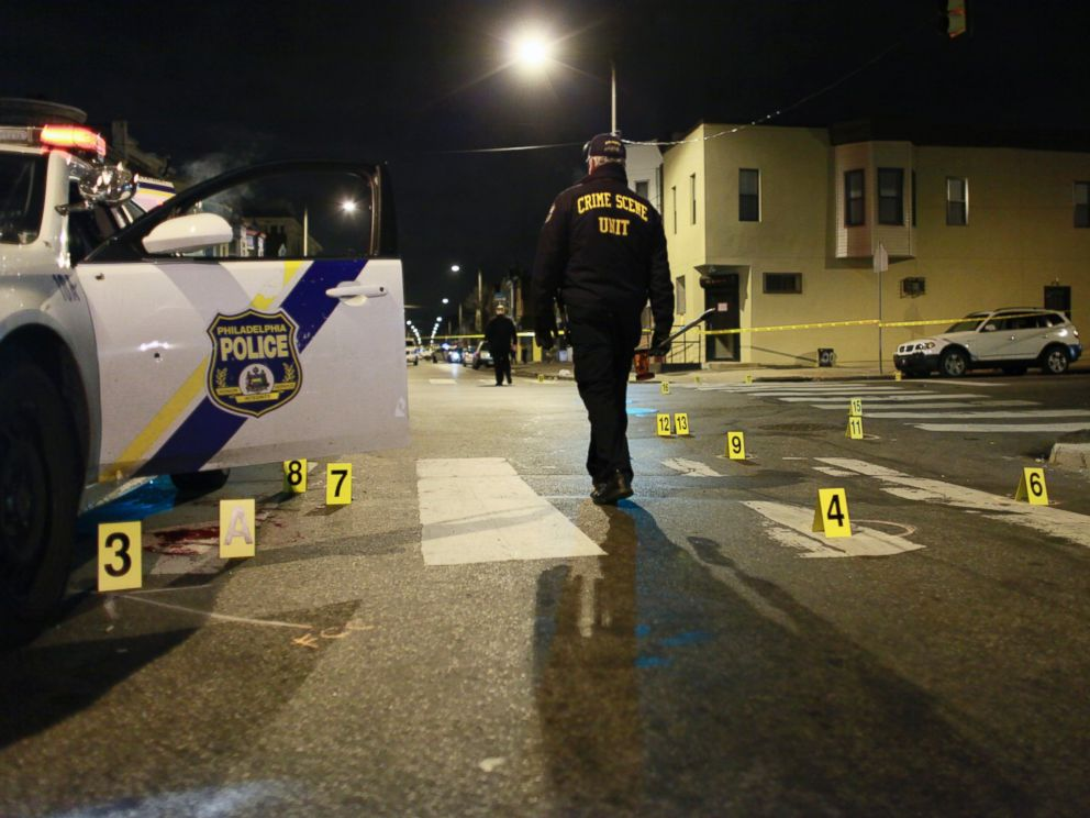 PHOTO: Officers investigate the scene of a shooting, Jan. 8, 2016, in Philadelphia.