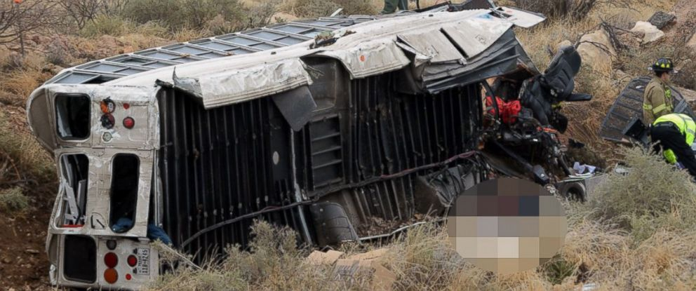 PHOTO: Officials investigate the scene of a prison transport bus crash in Penwell, Texas, Jan. 14, 2015.
