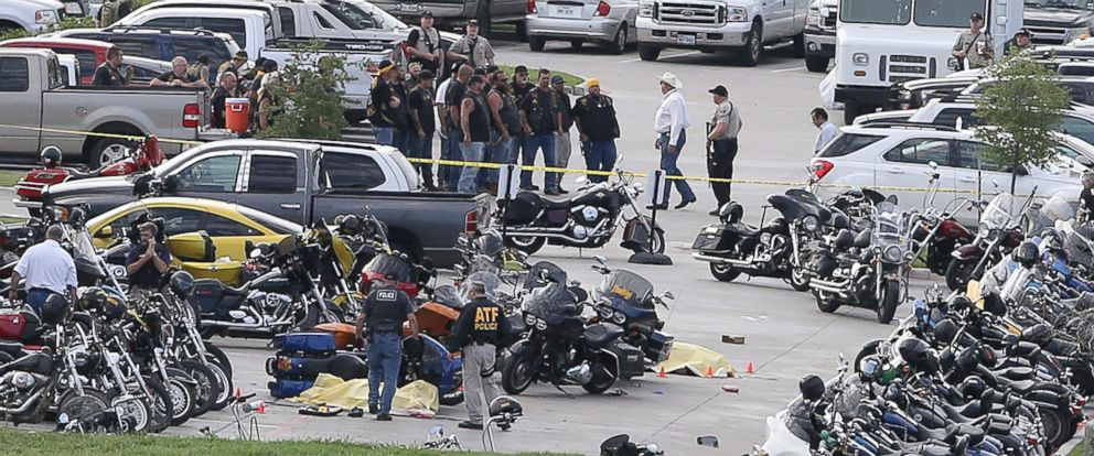 PHOTO: Authorities investigate a shooting in the parking lot of the Twin Peaks restaurant on May 17, 2015 in Waco, Texas.