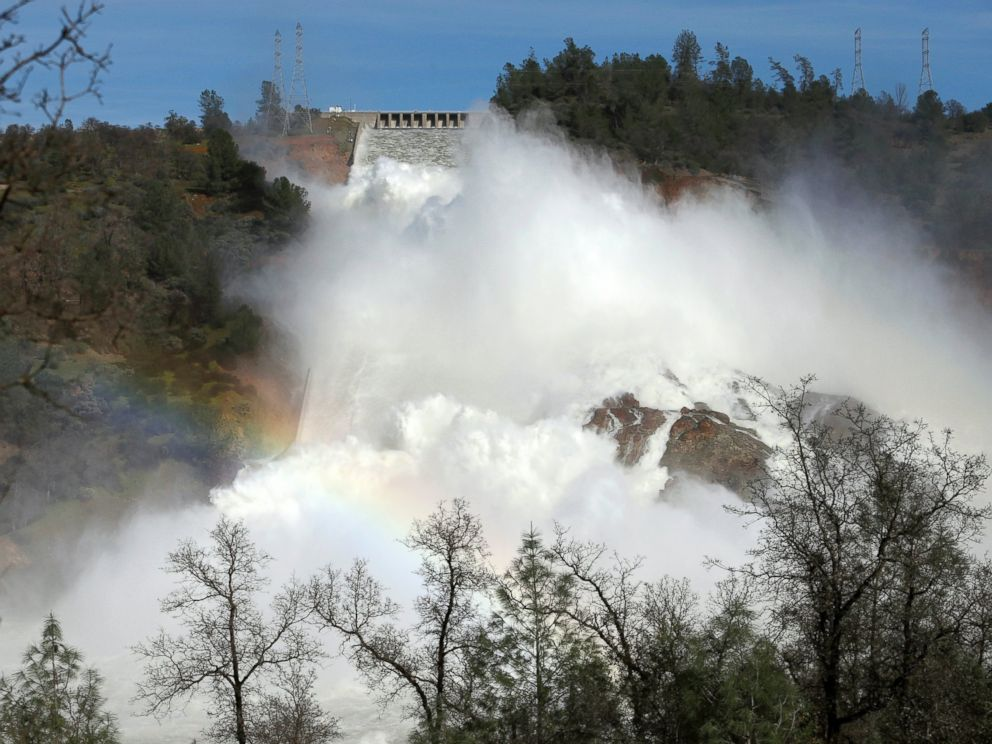 PHOTO: The Oroville Dam spillway overflows with runoff in Oroville, California, Feb. 14, 2017.