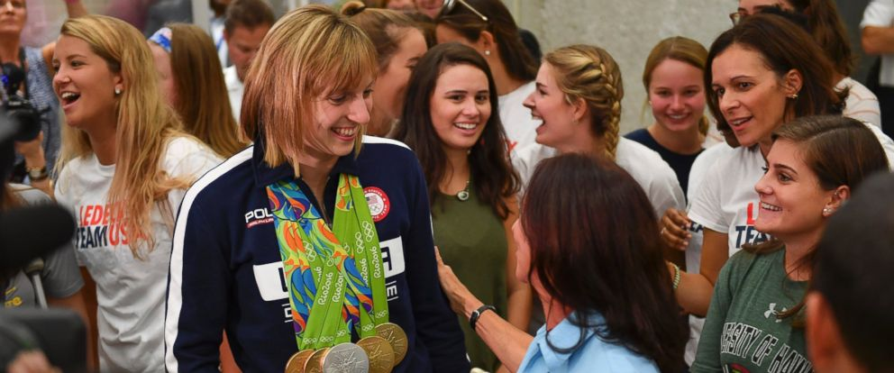 PHOTO: U.S. gold medalist swimmer Katie Ledecky is thanked by United Airlines employee Carol Cresanti for a selfie after arriving from the Rio 2016 Summer Games on August 17, 2016 in Dulles, Va.