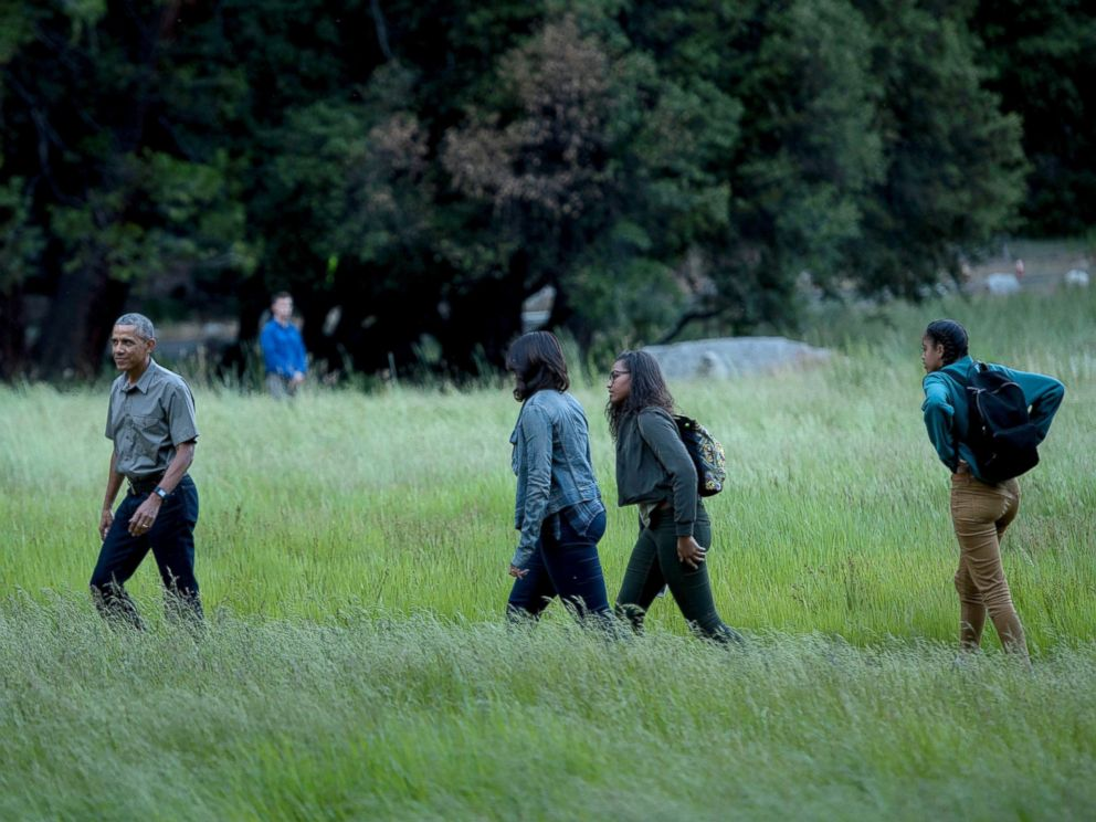 PHOTO: President Barack Obama, first lady Michelle Obama and their daughters Sasha and Malia walk through Ahwahnee Meadow after arriving on Marine One June 17, 2016 in Yosemite Valley, California.