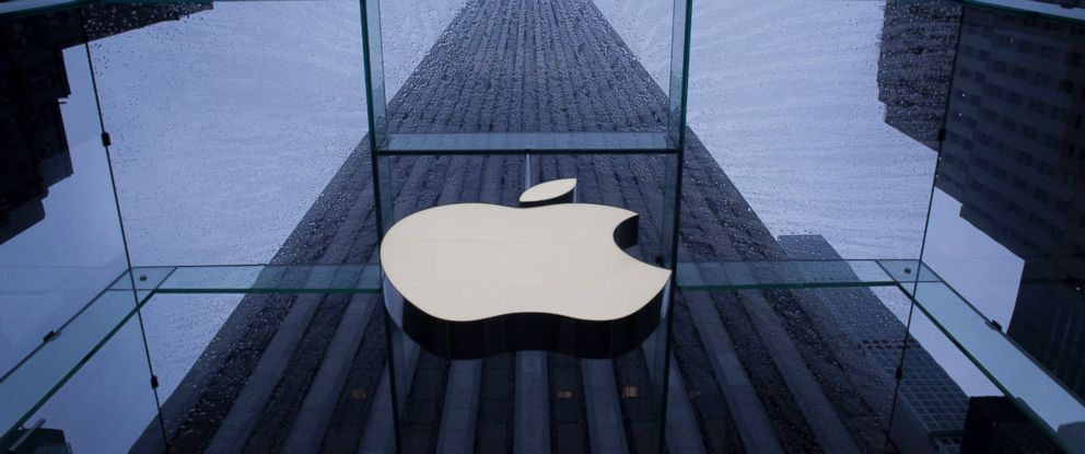 PHOTO: The Apple Inc. logo is seen at the entrance to a store in New York, Sept. 10, 2015.