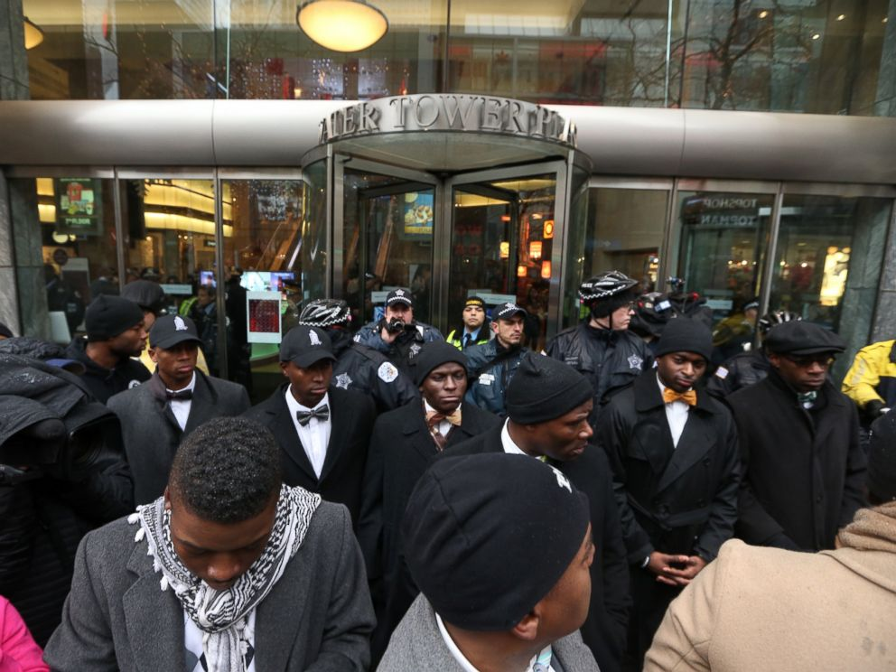 PHOTO: Protesters block an entrance to Water Tower Place in Chicago, Nov. 27, 2015.