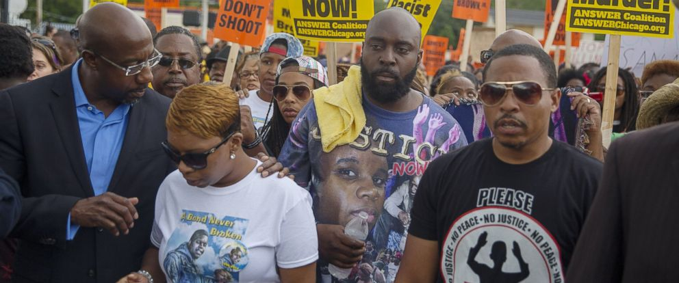 PHOTO: Lesley McSpadden (2L) and Michael Brown Sr. (C), parents of Michael Brown, march in a protest for their son on Aug. 30, 2014 in Ferguson, Mo.