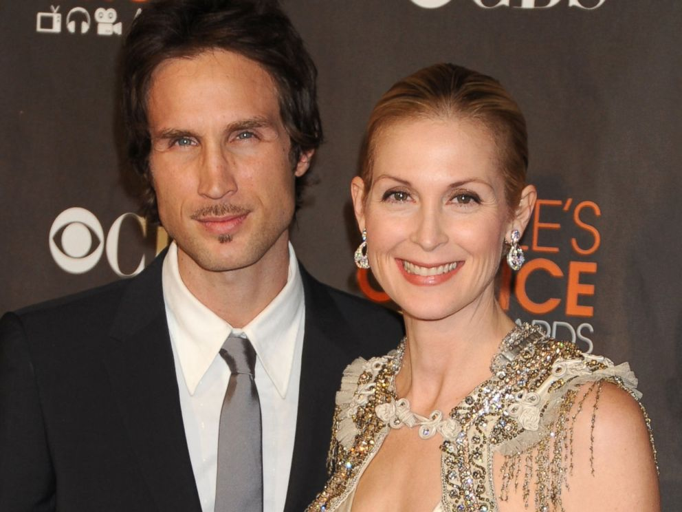 PHOTO: Kelly Rutherford (R) and husband Daniel Giersch arrives at the Peoples Choice Awards 2010 held at Nokia Theatre L.A. Live on Jan. 6, 2010 in Los Angeles, Calif.